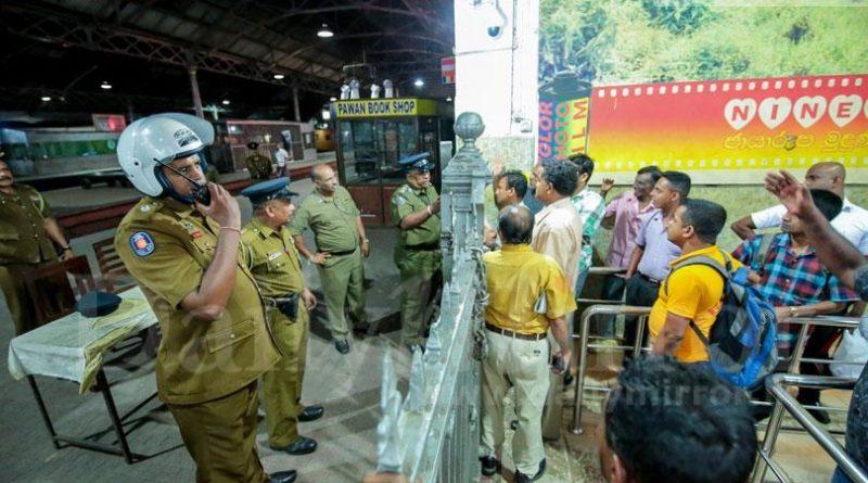 Sri Lanka News for Tense situ at Fort Railway Station